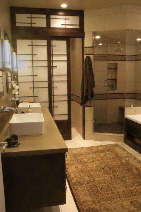 Ванная комната с раздвижной дверью в японском стиле.