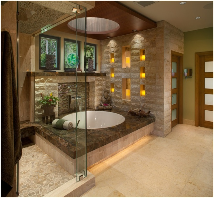 Ванная комната со стеклянной дверью.