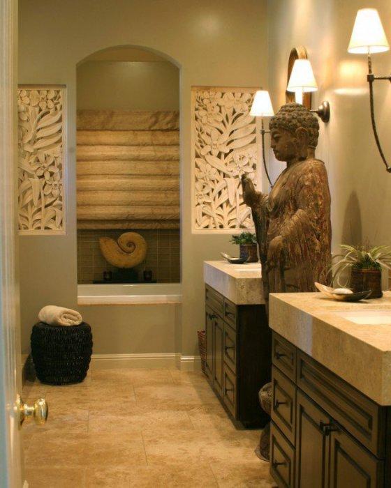 Ванная комната в восточном стиле со статуей Будды в полный рост.