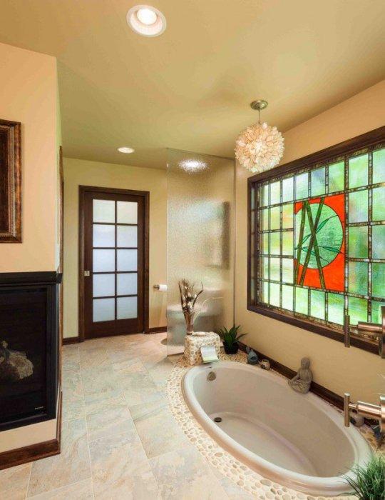 Светлая уборная с ванной в полу.