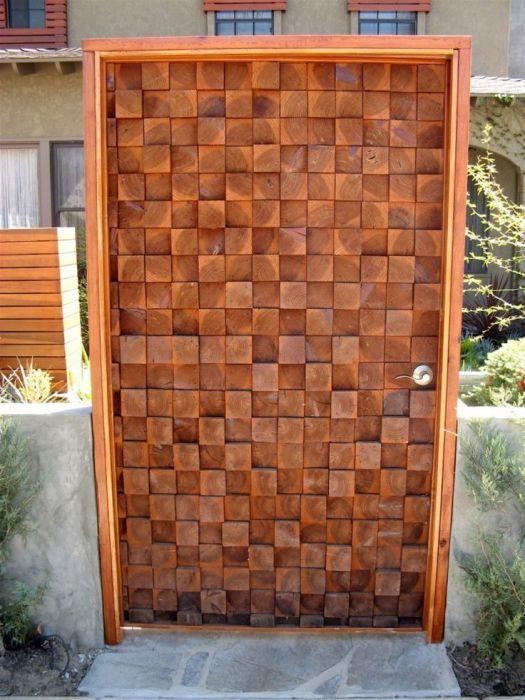 Необычный узор на двери.