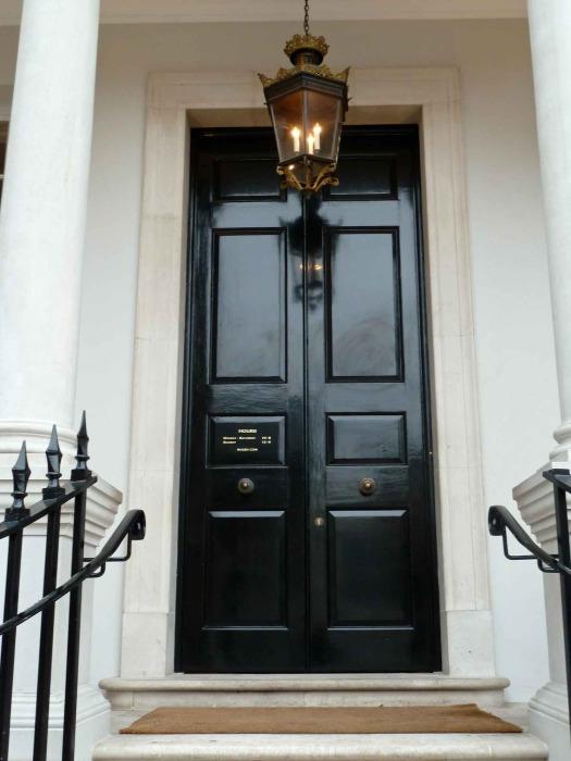 Большая темно-коричневая дверь.