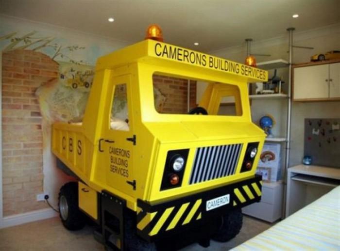 Игрушечный грузовик в детской комнате.