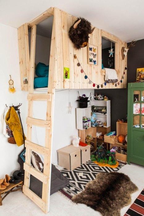 Комната с домиком для игр на втором этаже.