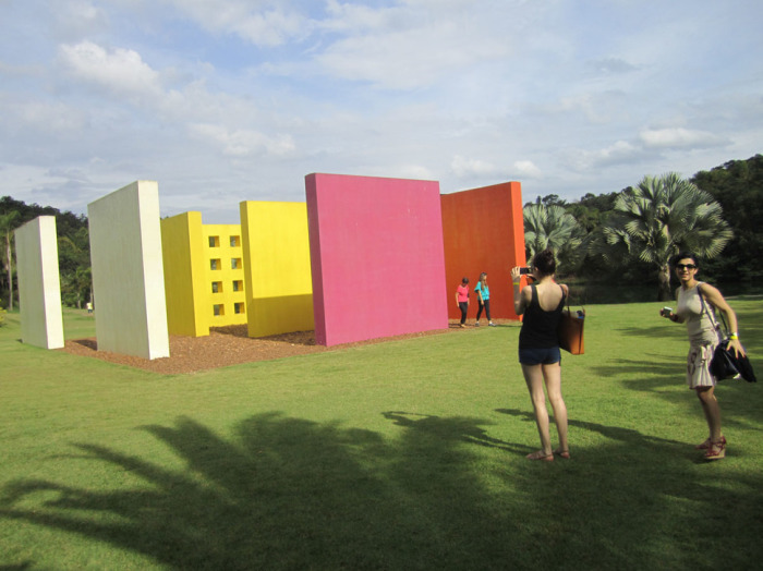 Возле музея современного искусства находится красочный ботанический сад.
