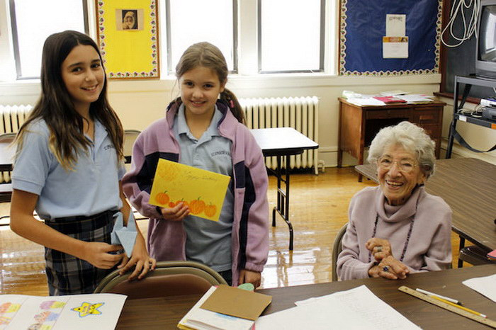 100-летняя учительница  с радостью обучает детей математике.