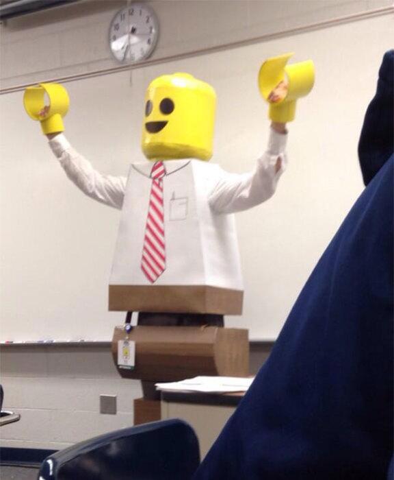 Учитель в фантастическом костюме.