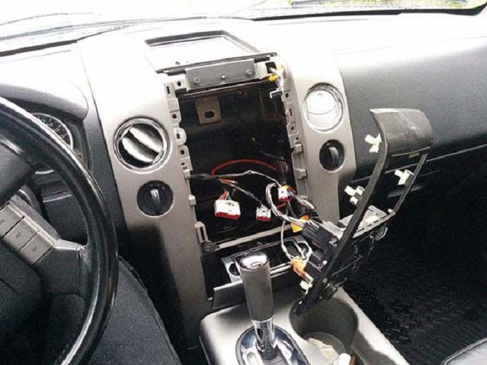 Некоторым владельцам машин крупно не везет, когда их магнитола внезапно исчезает.