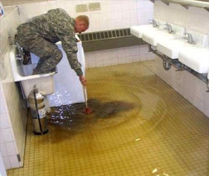 Нелегка работа водопроводчика.