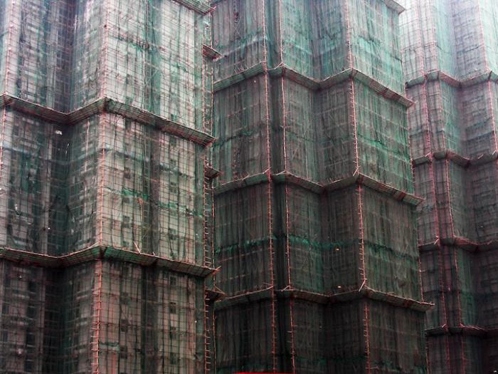 Бамбуковые подмостки - дешевая замена металлическим.
