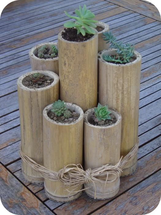 Набор из нескольких цветочных горшков, сделанных из прочного бамбука.