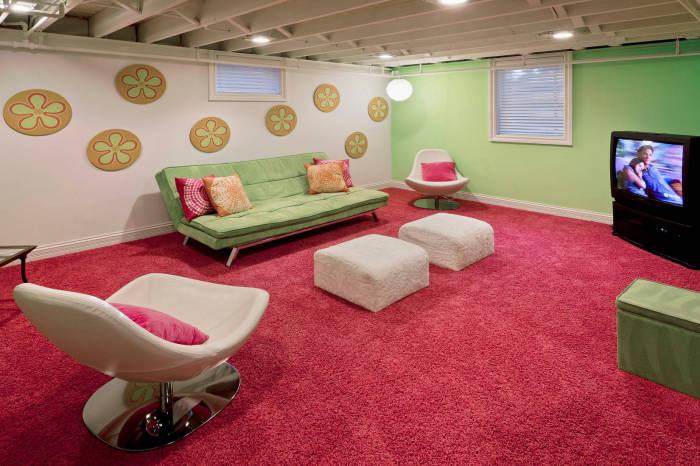 Комната с плюшевой мебелью и большим мягким ковром на полу.