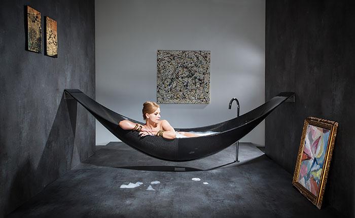 Элегантная черная ванна в виде гамака.