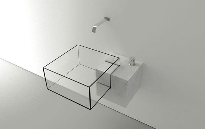 Прозрачный умывальник в виде куба.