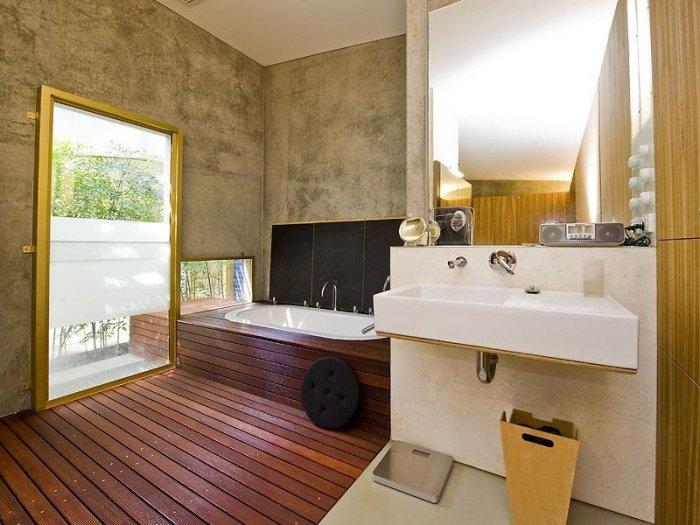 Экологическая ванная комната с деревянным полом.