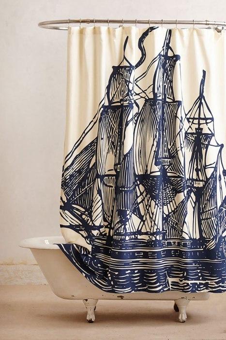 Нарисованный корабль на занавесках для душа.