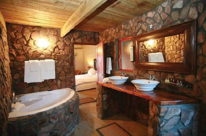 Деревянный потолок в ванной.