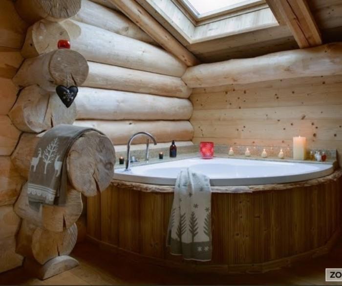 Ванная с деревянными стенами.