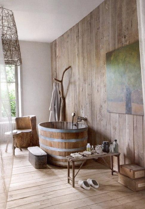 Ванная комната с деревянными предметами декора.