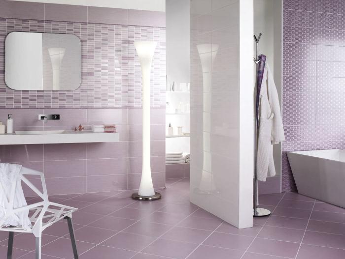 Фиолетовая плитка в ванной.