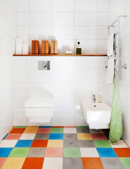 Разноцветная плитка в инерьере ванной.