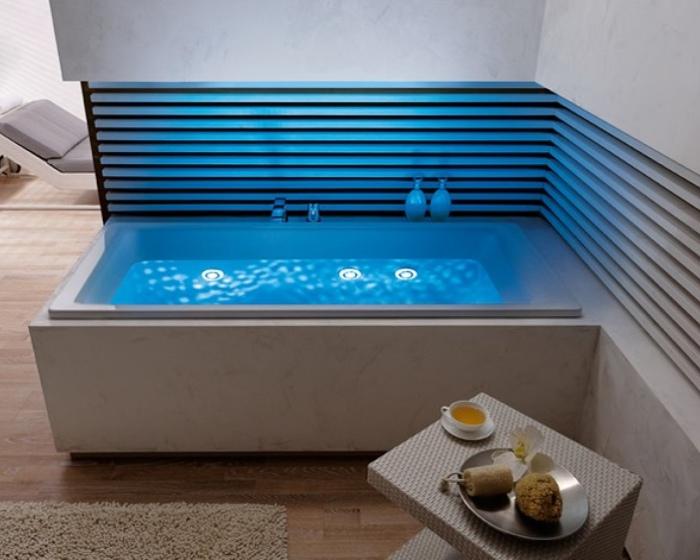 Освещение на дне ванны.