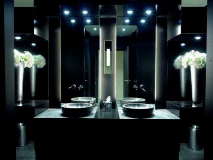 Точечное освещение ванной комнаты.