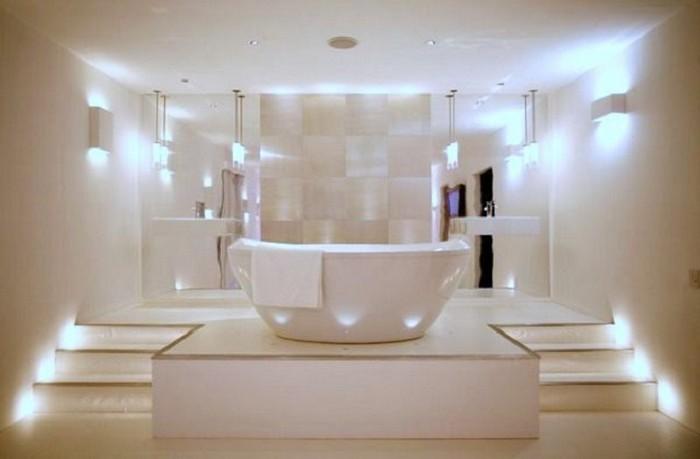 Очень светлая ванная в современном стиле.