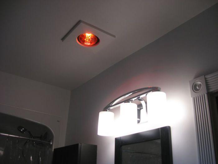 Большая лампа в потолке.