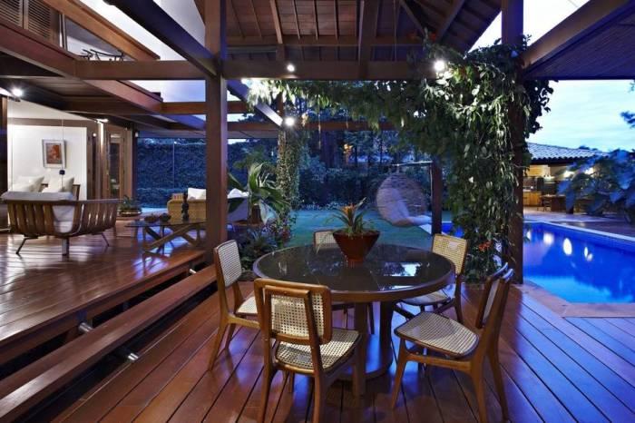 Гостиная домика с садом в Бразилии.