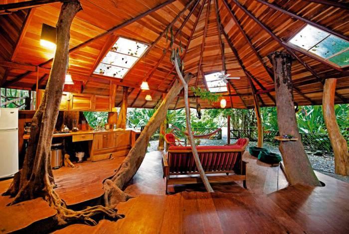Оригинальный домик на дереве.