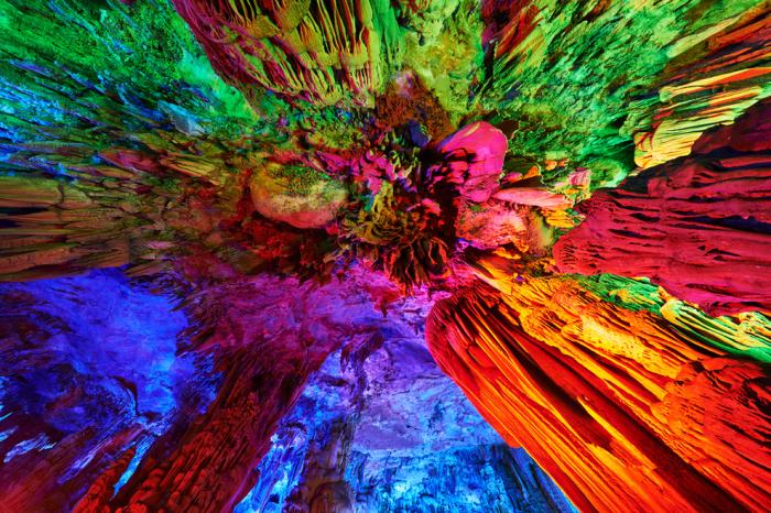 Пещера тростниковой флейты в Гуйлине, Китай.