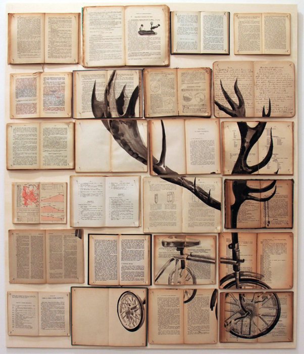 Раскрытые старые книги на стене добавят атмосферу старины и винтажности в интерьер.