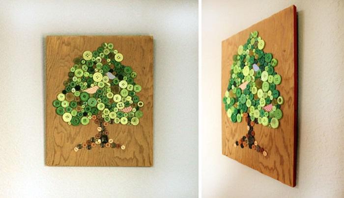 Прекрасное дерево, выложенное из пуговиц как украшение стены.