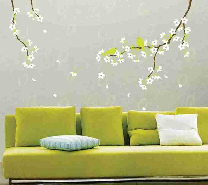 Цветущие ветки способны создать в комнате ощущение весны и свежести.