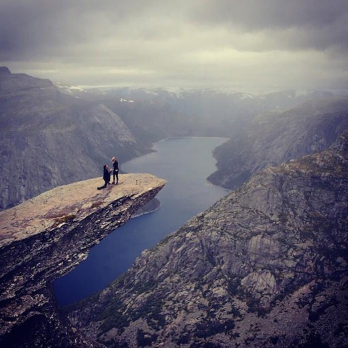 Чтобы сделать такое оригинальное предложение, парню пришлось повести свою девушку в 9-часовой поход в горы.