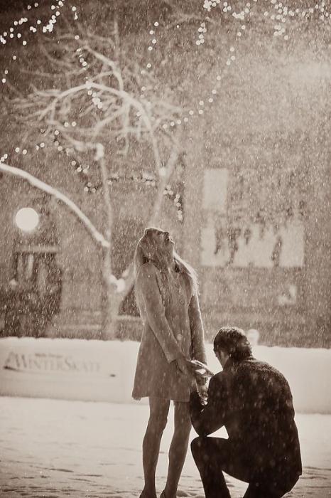 Самое романтичное предложение руки и сердца на катке во время снегопада.