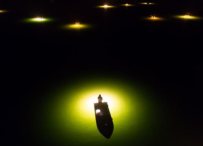 Одинокая лодка на снимке Yusuke Sakai.