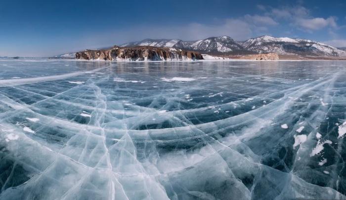 Замерзшие воды Байкала.