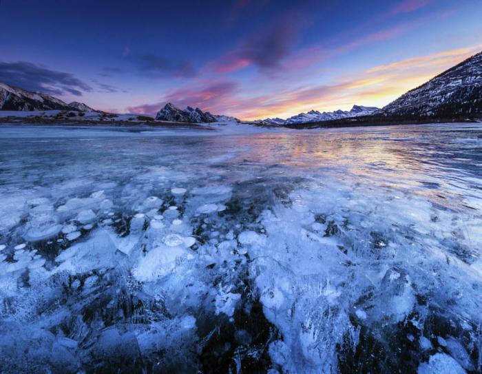 Заледеневшие пузыри озера Эйбрахам.