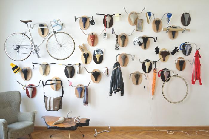 Стена в комнате, отведенная специально для велосипеда.
