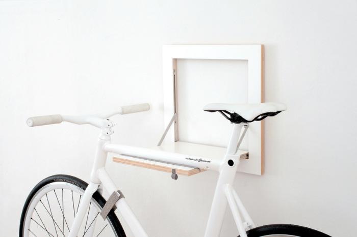 Когда велосипеда нет, вешалка буквально сливается со стеной и становится незаметной.