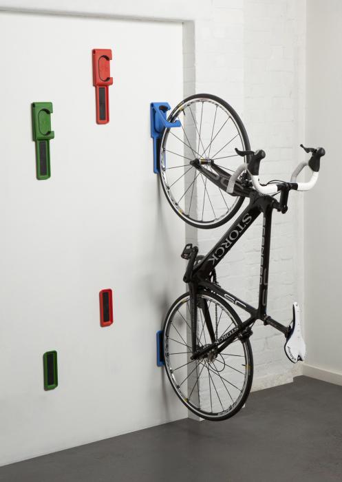 Яркие и стильные настенные вешалки для велосипедов.