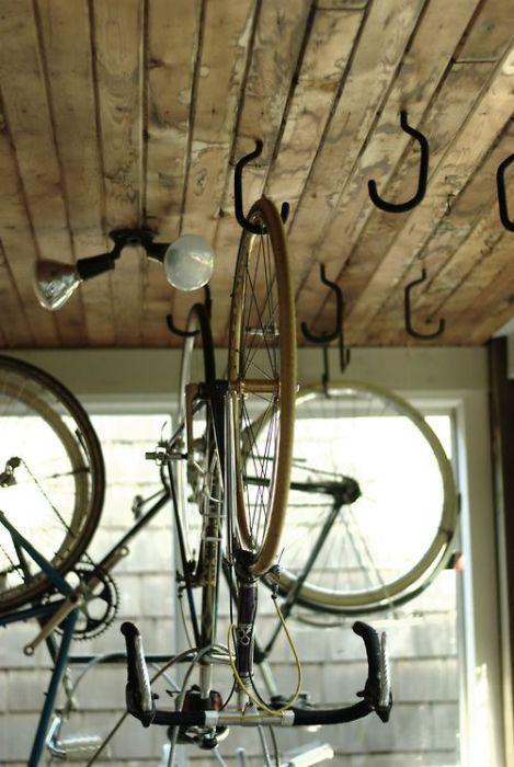 Оригинальный способ хранения велосипедов.