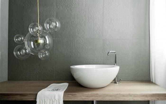 Лампа в виде пузырей в ванной комнате.