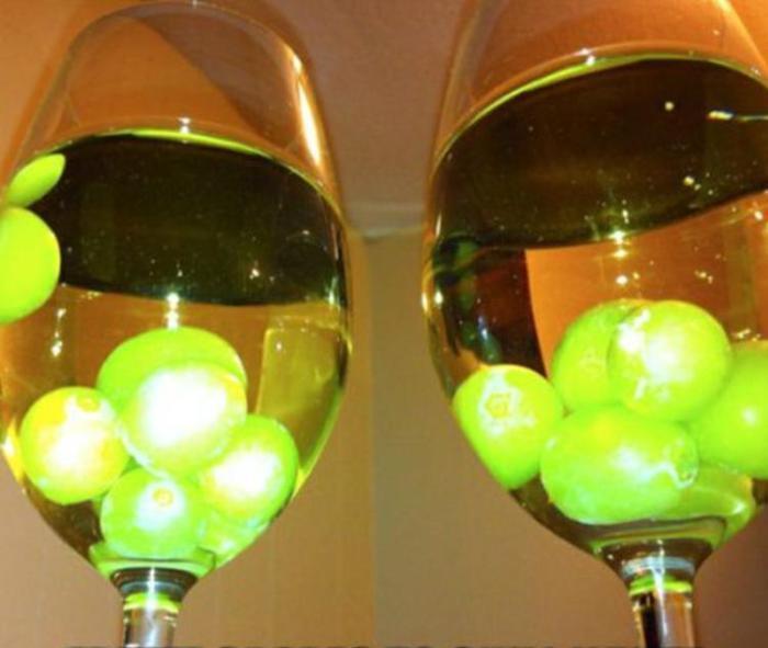 Замороженный виноград - отличный способ охладить вино, сохраняя его вкус.