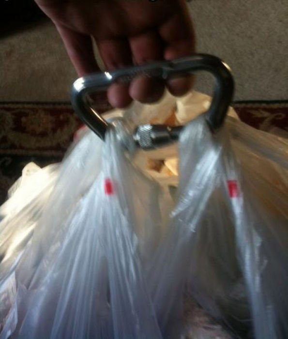 Карабин поможет за один раз отнести сразу несколько больших сумок или пакетов.