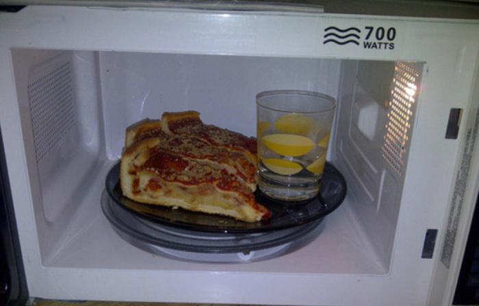 Благодаря воде корочки на пицце не пересохнут и останутся такими же мягкими.