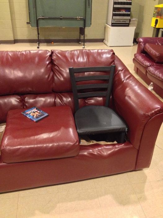 Хороший выход в случае, если старый диван совсем протерся.