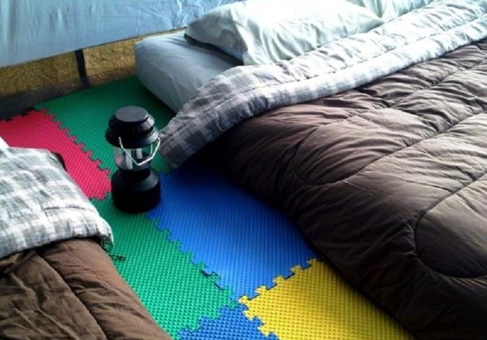 Разноцветный коврик, чтобы в палатке было мягко и тепло.